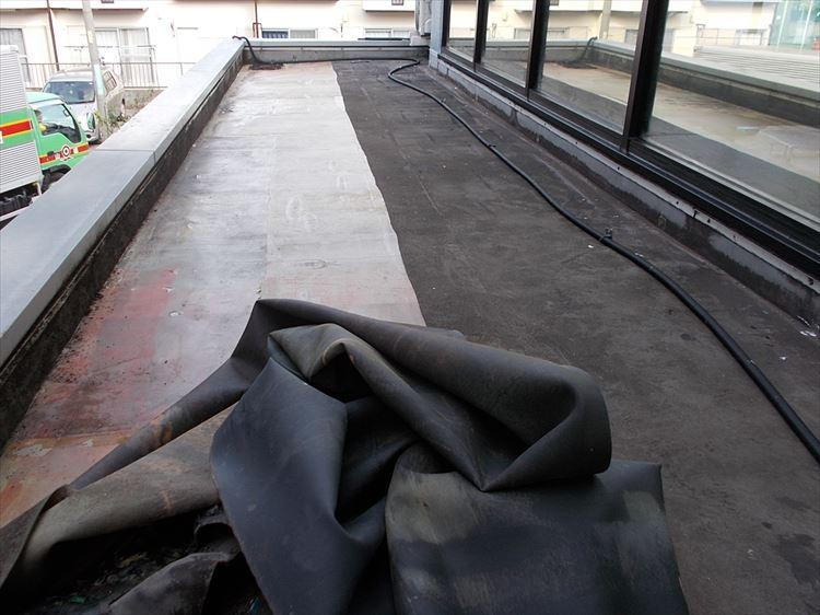 庇屋根防水工事 既存防水層撤去